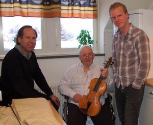 Musiklärarna Bengt-Eric Norléntill vänster och Mattias Nordqvist till höger tog tacksamt emot Ove Åsanders gåva till Birka folkhögskola.Foto: Leif Eriksson