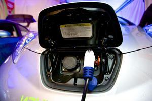 Det finns många nackdelar med att behöva ladda sin elbil hemma, eller snabbladda efter vägen tycker insändaren.