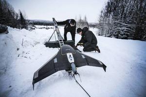 Via en katapult skickas drönaren ut på sin flygtur. Petter Linde och Alain Qvackelbeen gör drönaren redo för start.