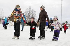 Kicki, Agnes, Ronny och Liv passade på att åka några varv på nyårsaftonen. De uppskattar skridskoovalen bland annat för att den ligger så centralt.