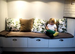 För att köket inte skulle bli för avlångt byggde familjen en bänk med förvaring i stället. Här sitter ofta barnen.