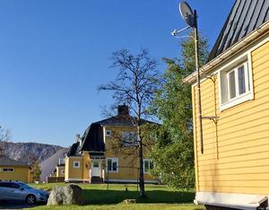 I Kiruna finns många så kallade Bläckhornshus, LKAB:s arbetarbostäder. De här husen ligger på Nedre Bolagsområdet, de påverkas inte av gruvans sprickor i marken de närmaste 20 åren. I bakgrunden syns gruvberget.