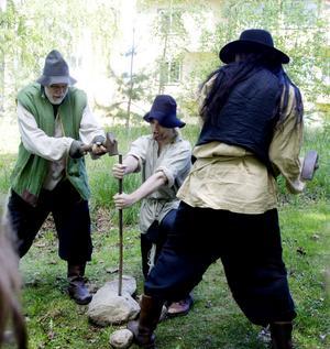 explosiva. Spränga sten var en vanlig uppgift för de män och kvinnor som arbetade med Kanalen.