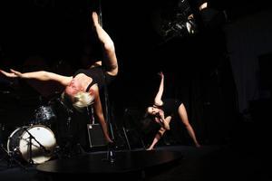Hannah Pettersson och Anna Wallström bjöd på en uppskattad poledanceshow.