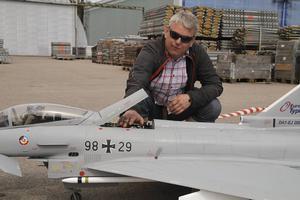 Gunnar Åström drömde om flygaryrket. Det blev försäljning. Men han flyger ändå en Eurofighter.