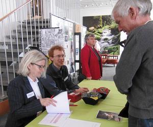 DFHFs styrelseledamöter Gertrud Ilis och Olle Tranberg tar emot Olle Nordqvist från Ore. I bakgrunden Anna-Karin Andersson, Nyhammar, andre vice ordförande i DFHF.