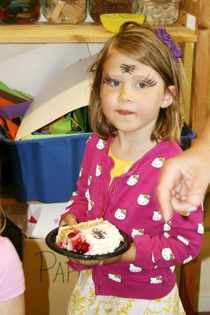 TÅRTA OCH MÅLNING. Ida Persson hade fått ansiktsmålning och sedan bjöds det på tårta.