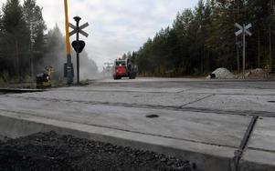 Under onsdagen kom den nya plankorsningen på plats i Snöån. Foto: Sven Thomsen/DT