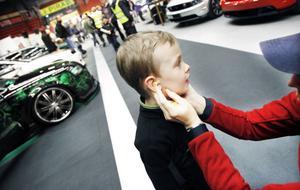Det kan bli högljutt på en motormässa. Carl Immo, fem år, fick hjälp av mamma Ulrika att sätta i öronproppar.