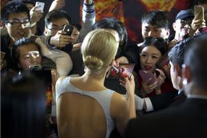 Kinesiska fans trängs kring Jennifer Lawrence under en galapremiär i Peking. Arkivbild.