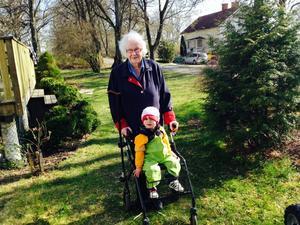 Felix (15 månader) liftar med gammelfarmor Kerstin (88 år).