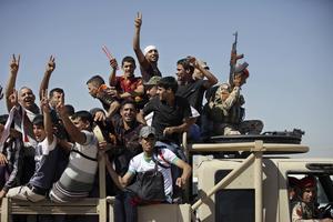Krigiskt. Frivilliga unga män i Bagdad anmäler sig till den irakiska armen. Foto: Khalid Mohammed/AP Photo/TT