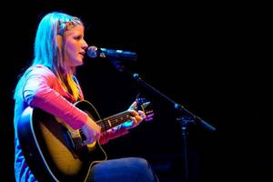 Amanda Johnsson inte bara på engelska, utan framförde även sin första låt på svenska, som tillägnades en speciell person i publiken.Foto: Håkan Luthman