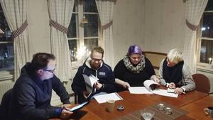 Hälsingevänner Teaterproduktion har haft ett möte hittills. På bilden: Johan Sved, Magnus Johansson, Mona Andersson samt Malin Lindgren.