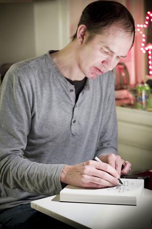Jon Jeffersson Klingberg signerar det exemplar av Blod eld död som lottas ut bland er läsare.