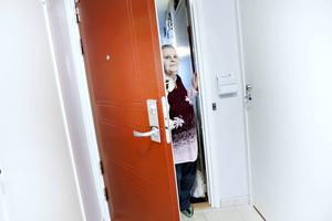 En försäljare från Viasat knackade på hos Gulli Engvall, 84 år, och berättade att deras nuvarande leverantör av tv-kanaler skulle lägga ner. Försäljaren erbjöd henne att skriva på för dem i stället.