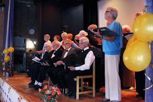 Föreningens kör under ledning av Ulla Olsson framförde flera låtar från 1950 fram till nutid.