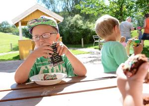 Fest blev det på förskolan efter det första spadtaget som Joakim Gustavsson nyss varit med att ta. Nu smakade det gott med fika.