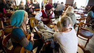 Ungdomar i väntan på audition på Café August i Hudiksvall.