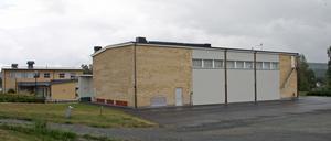 Här mot väggen i anslutning till gymnastiksalen ska modulerna med två klassrum, samlingssalar och toaletter placeras.