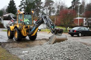 Fjärrvärmegrävningar har gett kraftiga ojämnheter på Stationsvägen. Vägen förbättras just nu. Nilssons i Ilsbo utför jobbet.