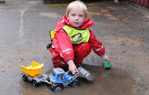Treårige Theo leker med en traktor. Barnen på Julibackens förskola i Kilafors är ute varje dag.