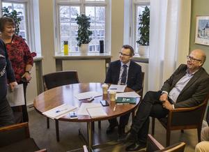AnnSofie Andersson (S) tillsammans med Pär Löfstrand (L) och Bosse Svensson (C) efter att de berättat att de lovat att vara överens i fyra år om integrationspolitik.