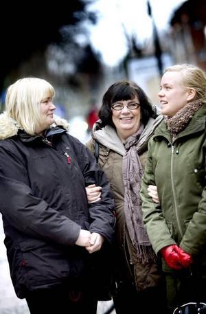 """LIKA OCH OLIKA. Undersköterskan Annica Olsson, pensionerade journalisten Anita Wallin och Klara Westergren från kvinnojouren Blåklockan har olika bakgrund men liknande syn på kvinnors rättigheter. """"Det handlar om demokrati och mänskliga rättigheter"""", säger Klara Westergren."""
