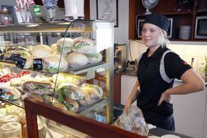 11:33 Alla är inte lediga bara för att det är sportlov. Matilda Wästholt, 16 år, jobbar extra på Finess i Ljusdal. Men hon kommer hinna med att vila upp sig också innan hon ska fortsätta skolan till veckan. Matilda läser Hotell och restaurang i Åre men kommer från Ljusdal.