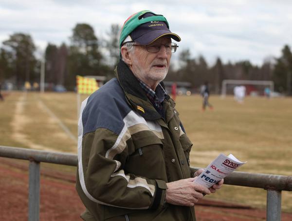 Göran Busk skulle bli en segrare oavsett. Han är från Lillhärdal och har spelat där på 50-talet men sedan flytattade han till Sveg där han är hedersmedlem i idrottsklubben.   – Hjärtat är ändå i Lillhärdal så jag blir lite gladare om de vinner, påpekade Busk innan matchen.