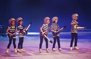 It´s showtime on ice 2012. En isshow baserad på rockhistorien. Här kan vi se en grupp mycket unga jailhouse-rockare.