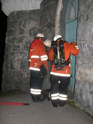Brandmännen försökte ta sig in i Oskarsborg för att kunna vädra ut byggnaden. Man försökte få kontakt med fastighetsansvarig på kommunens.