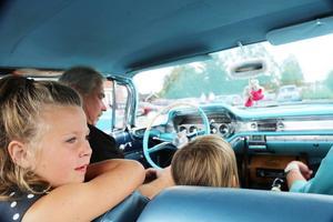 Elin Olsson gillar att åka veteranbil.