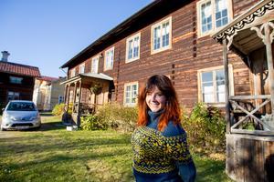 I delar av det världsarvslistade huset på gården Bommars bor Annefrid sedan i våras.