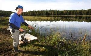 --Jag har fiskat hela mitt liv men aldrig upplevt något liknande, säger Bo Klasson som Stensjön. FOTO. BONS NISSE ANDERSSON