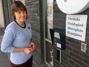 Camilla Vesterlund, bibliotekarie på Skiljebo bibliotek, visar hur det fungerar att ta sig in i biblioteket när det är obemannat.