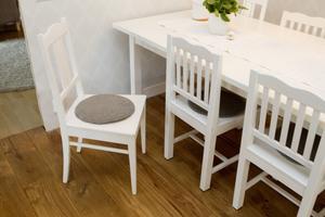 """Matplatsen. """"De två udda stolarna är från svärmor och de övriga köpte jag begagnade till min första lägenhet. Bordet är från Ikea, ursprungligen i björk men vi målade allt i vitt."""