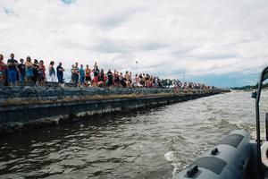 Vid Stugsundskajen samlas båtarna och hämtar ut sina nummerlappar en efter en och i kajen står många för att se dem åka iväg.