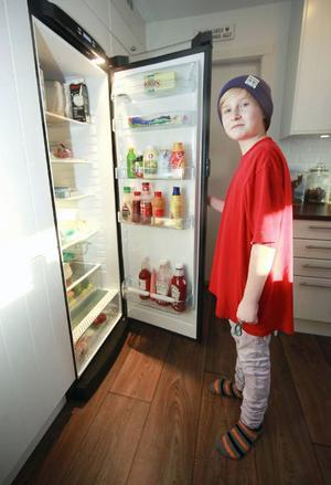 – Glada matkassen var jättebra. Den innehöll trevlig mat, lika god som mammas, säger William Persson, 11 år, och söker igenom kylskåpet i jakt på föda. Han tycker att tycker att matkassar är en bra julklapp, om de är lika bra som de han redan har stött på.