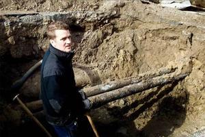 Patrik Fryklund från Söderhamn Nära hade jour när larmet kom. Under fredagsmorgonen arbetar han för att åtgärda läckaget.