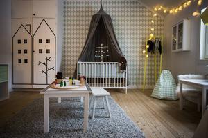 Det nyligen fixade barnrummet tillhör minsta sonen Noa, 4 månader, men är så stort att det blir en lekplats för hela familjen.