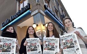 Två arbetslag på säljboladet Prospektor har utmanat varandra om vem som säljer flest tidningsprenumerationer på en dag. Evelina Lindberg, Beatrix Teodorson, Victoria Liljeberg och Sabina Kilström ska sälja GD på Valbo köpcentrum.  Motståndarlaget säljer Arbetarbladet i Nian.
