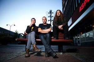Mikael Weinestad, Mikael Solén och Chips Kiesby ingick för drygt 30 år sedan i Borlängepunkbandet Brülbåjz som tagit sitt namn efter några hotfulla raggare. Idag har gruppen fått kultstatus.