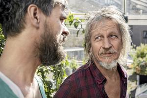 Stefan har många frågor till Farbror Grön på takterrassen.