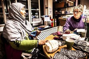 Zhara och Ingeborg diskuterar stickmönster.