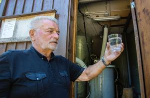 Lars-Gunnar Börjesson på Rådmansö delar brunn med 99 andra hushåll. Han tycker att det är viktigt att regelbundet testa kvaliteten på dricksvattnet.