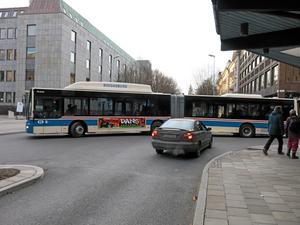 Högerregel. Bilen ska släppa fram bussen.