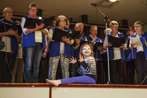 Alicia Thorsell klappade händerna i takt till körens sång.