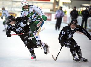 2009. Ted Andersson i duell med Linus Pettersson. I bild syns även Marcus Wedin. Ted Andersson gjorde 18 säsonger i VSK som aktiv.