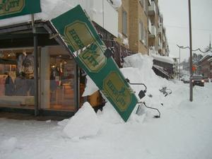 Hela taket utanför Herr City på Köpmangatan i Sandviken rasade på grund av snötyngden.